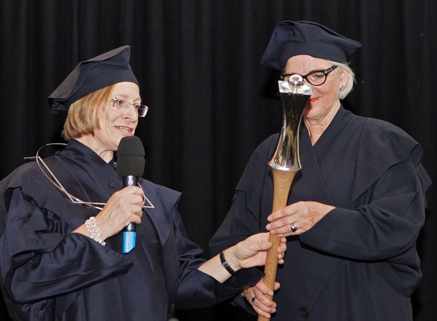 Rektorin Prof. Dr. Gerty Lensvelt-Mulders und Pedell Dorothé van Driel. Foto: echt mooij fotografie